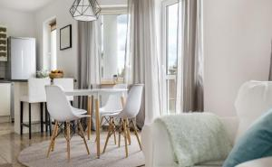 8 Effective Tips on How to Visually Enlarge a Small Room